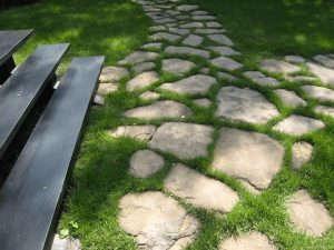 Благоустройство дачи: как сделать садовую дорожку своими руками